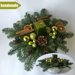 Okrúhly aranžmán v košíku z čečiny z nobilisu s jednou sviečkou -zelený